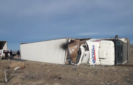 Volcó camión sobre la ruta Nº 3