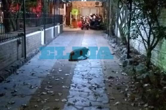 Disfrazados de policías, entraron a robar en la casa del
