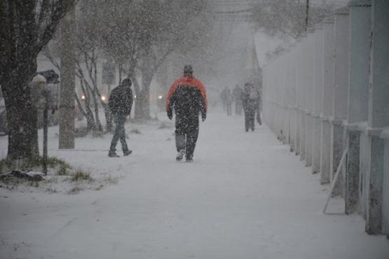 Las nevadas complicaron a peatones y conductores. (C.G)