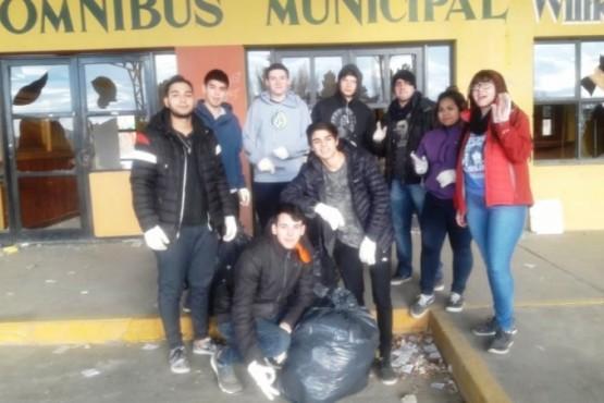 Jóvenes realizaron limpieza en la Ex terminal