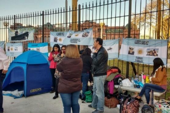 Familiares de tripulantes del ARA San Juan encadenados en la Plaza de Mayo