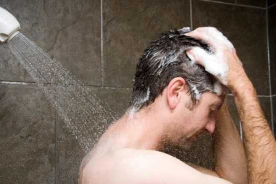 Se partió la cabeza en la ducha y acabó muerto