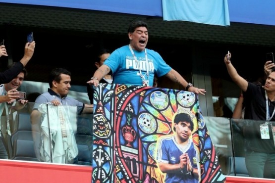 Diego y Diego. Maradona sostiene una bandera con su imagen antes del inicio del partido entre Argentina y Nigeria en San Petersburgo. (EFE / EPA / TOLGA BOZOGLU)