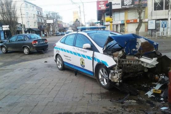Fuerte colisión entre un patrullero y remisse