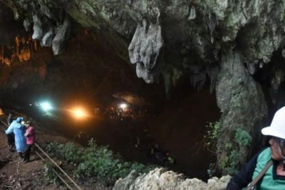 12 chicos quedaron atrapados en una cueva