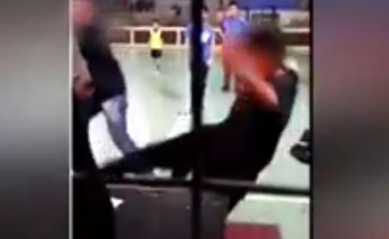 Video indignante: pelea entre árbitro, técnico y chicos