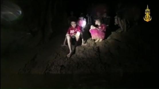 Los rescatistas analizan cómo evacuar a los 12 nenes atrapados en una cueva