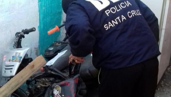 Allanan viviendas buscando motos robadas