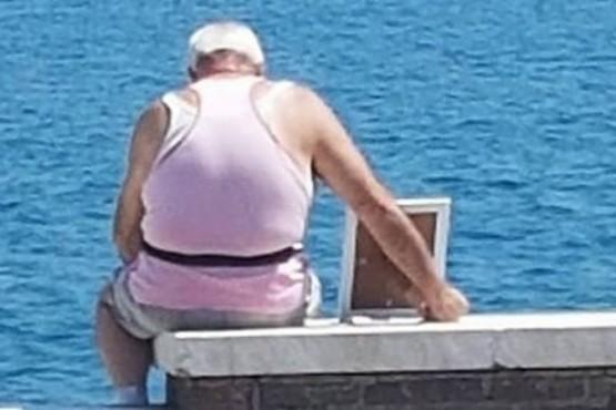 La historia del anciano que lleva la foto de su esposa frente al mar todos los días