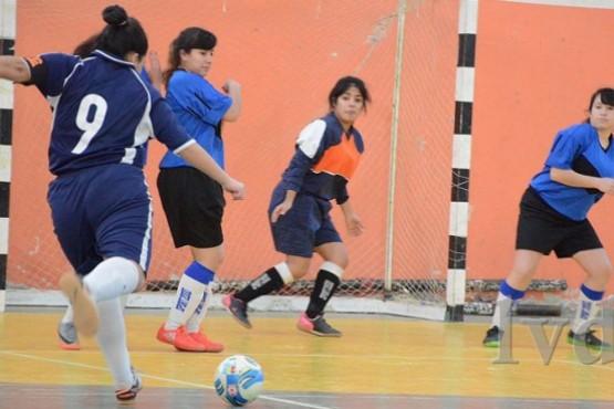 Uno de los que lo hizo fue Universitario. Las chicas de la escuadra estudiantil aprobaron este doble desafío. Empataron el primero de los partidos y ganaron el segundo, demostrando entonces buena capacidad de juego y también una gran respuesta física. Con el que dividieron unidades fue con Real Sociedad. El resultado de este partido fue 0 a 0. Después, no tuvo problemas para ganarle a Unión FC. Fue 3 a 0. Los goles del equipo universitario fueron anotados por Sabrina Lemos, Daniel López y Rocío Moreira. El rival de Universitario perdió después con Catamarca Blanco por 4 a 0. Por su parte, a J.J. Yáñez le fue casi igual que a Universitario. Este terminó 0 a 0 con Las Bichas y 3 a 2 con Wilsterman. Lyons FC fue el cuarto de los equipos que tuvo que afrontar dos juegos en esta jornada. Contra Unión Femenino fue empate 2 a 2 mientras que cayó frente a Catamarca Azul por 5 a 0. Para el resto, la fecha fue normal. Y los resultados, estos: Valkirias 2 – Femenino 2 de Abril 2 Real Sociedad BJ 1 – Olimpia Jrs. 1 Kachorras 2 – Mar del Plata Azul 0 Panteras 3 – Vientos del Sur 3 Estrella del Sur 3 – Peña Xentenario 2 Dep. Vial 0 – Atlético Caleta 1 Este fin de semana continuaba jugándose el certamen. (Fuente: La Vanguardia del Sur)