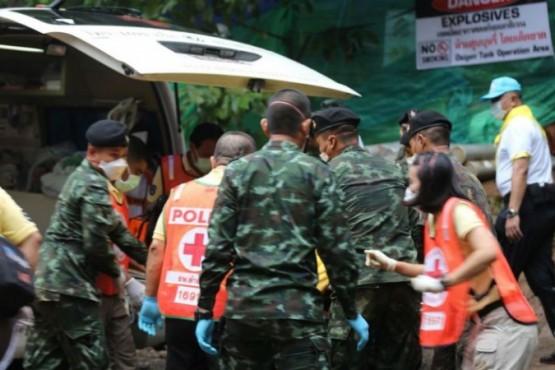 Los equipos de rescate lograron liberar ya a cinco chicos. FOTO: AFP