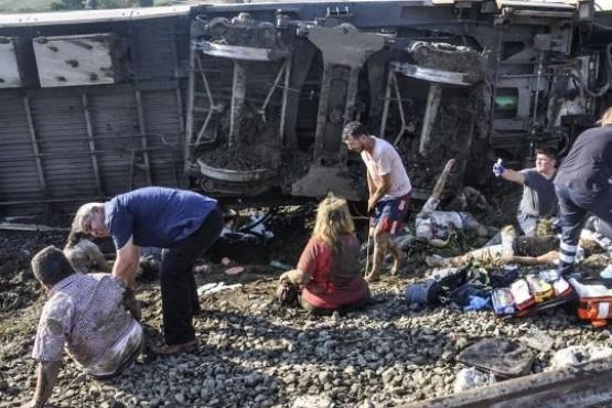 Ascienden a 24 los muertos por accidente de tren en Turquía