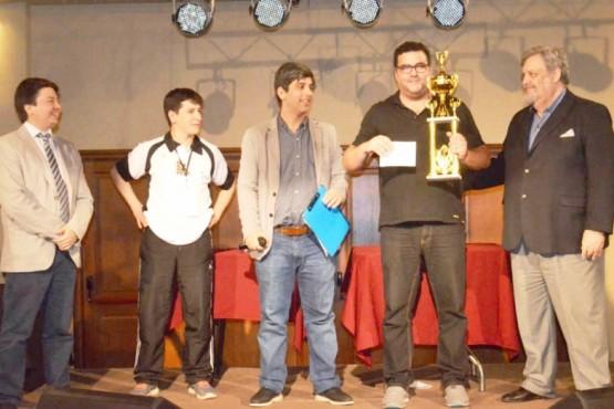 Momento de reconocimiento para el ganador del certamen.