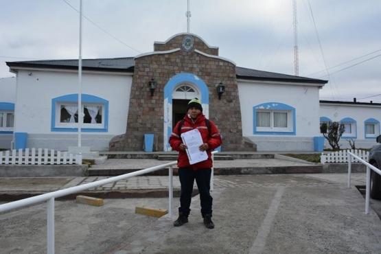 Narváez en la puerta del Ministerio de Desarrollo Social, a la espera de una respuesta. (C.R.)