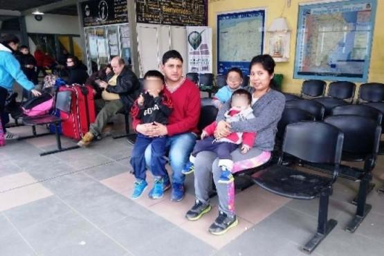 La familia ayer en la Terminal (C.R)