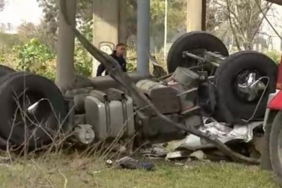 Camión cayó de un puente y el conductor murió aplastado