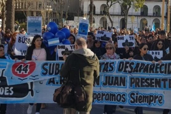 Marcharon para que se retome la búsqueda del ARA San Juan