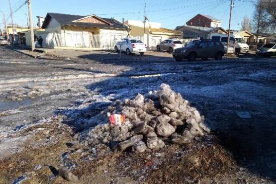 Preocupación de vecinos por el hielo de aguas servidas