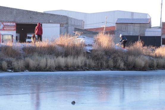 Laguna del barrio 108: escarchada y sin cercado