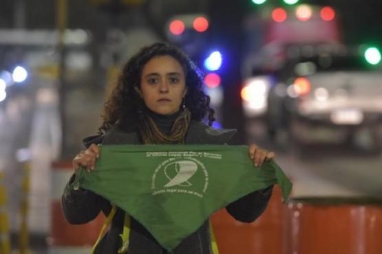 Echaron a docente de un colegio católico de Córdoba por llevar el pañuelo verde