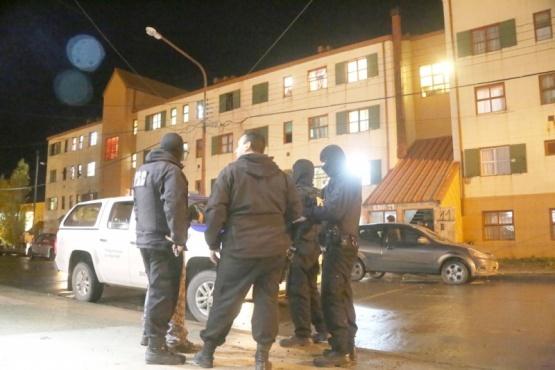 Tres detenidos y secuestro de marihuana y cocaína durante un allanamiento