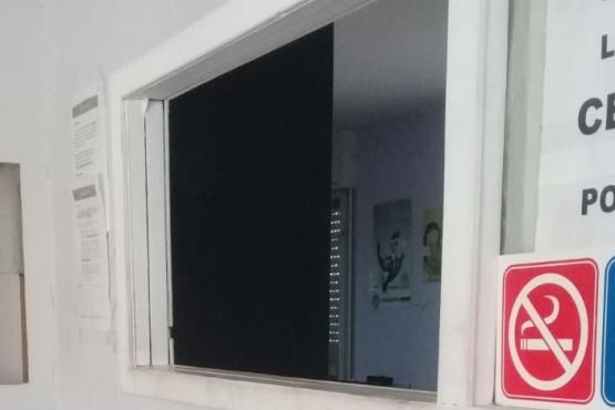 Oficina del CDR vacía y sin atención.