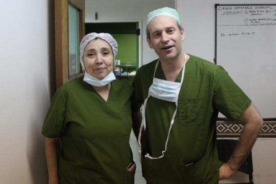 Los dos profesionales a cargo de la operación.