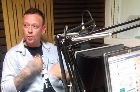 Carlos se emocionó en el estudio de Tiempo FM.
