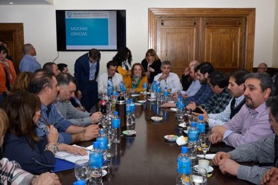 Alicia Kirchner analizó con intendentes y ministros el ajuste de Nación