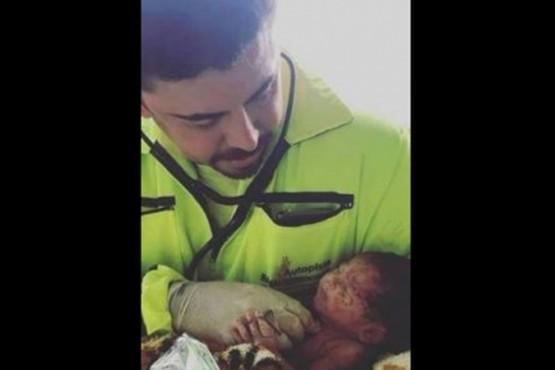 Una beba nació en medio de una autopista tras un accidente de tránsito en el que murió su mamá