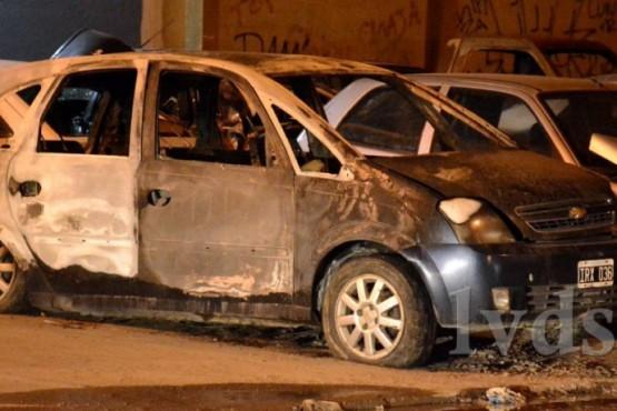 Dejó el auto abierto, se lo robaron y lo prendieron fuego