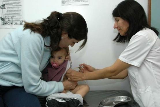 Sarampión: detectan dos nuevos casos y bajan la edad de vacunación