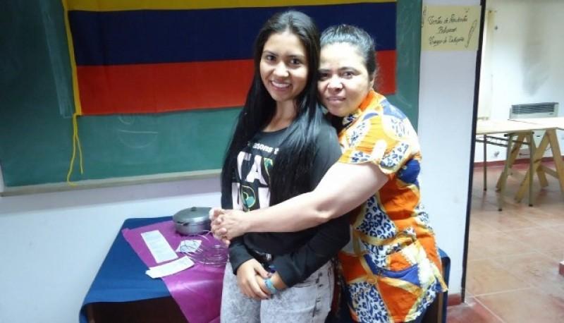 Jeniffer junto a su madre el día que llegó a Río Gallegos.