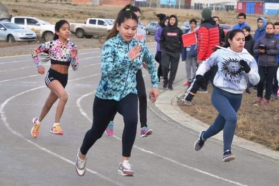 600 metros y carrera con relevos en la pista de la UNPA