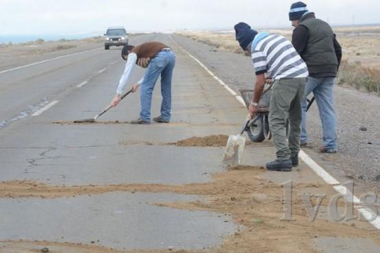 Taparon los baches con tierra en la Ruta Nacional N°3