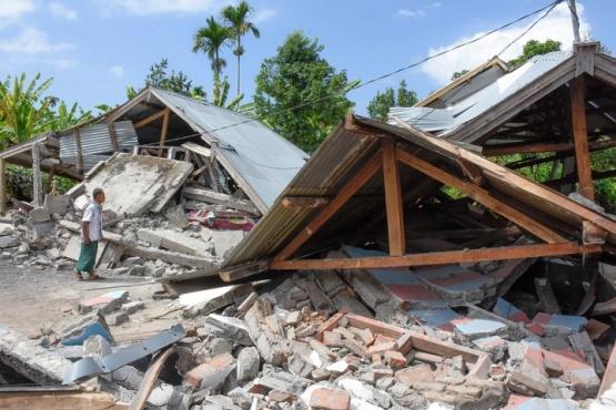 Al menos 98 muertos en Lombok tras un sismo de magnitud 7 y una alerta de tsunami