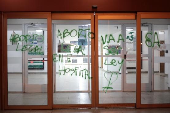 Indignación por vandalismo con consignas pro aborto en el hospital