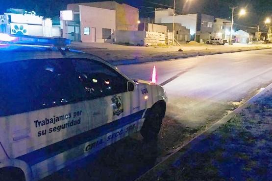Cuatro personas fueron detenidas por amenazar a policía con un arma