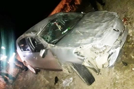 Dos hombres sufrieron lesiones tras perder el control del auto y volcar