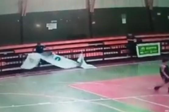 Deportista desató su bronca contra un banner del Municipio