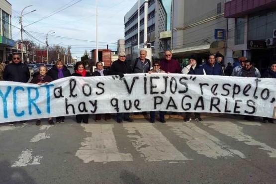 """Jubilados de YCRT: les adeudan dos meses medio de haberes, piden """"unificar la lucha"""""""