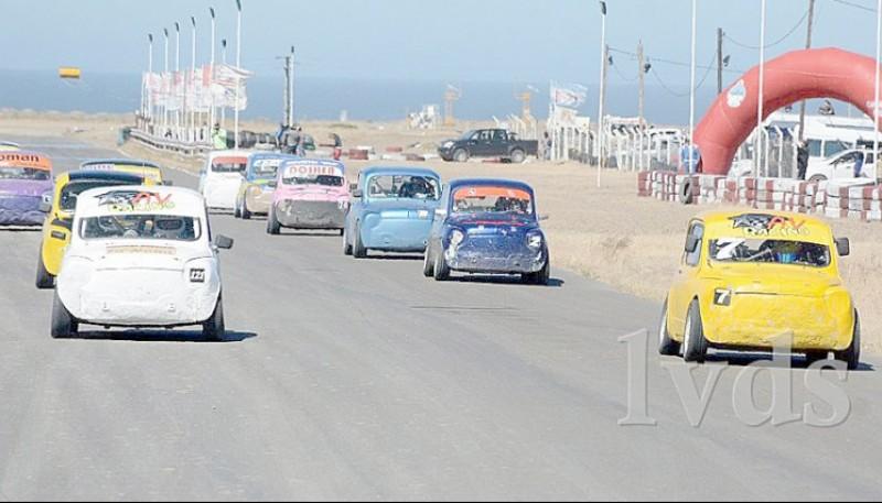 Los autos se congregan en Caleta Olivia.