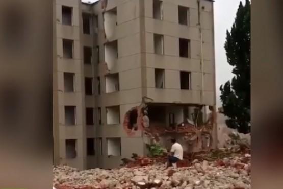 Se derrumbó un edificio y escapó por centímetros