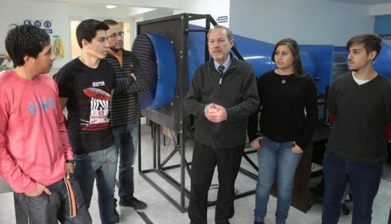 Lic. en Física y Coordinador del proyecto, Adolfo Samela y alumnos UTN.