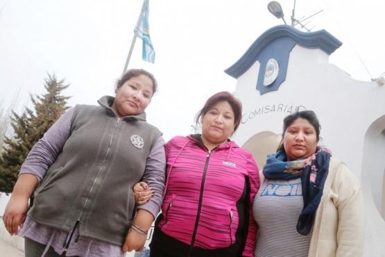 Las hermanas Chocobar, a la salida de la Comisaría Primera (Foto Cristian González)
