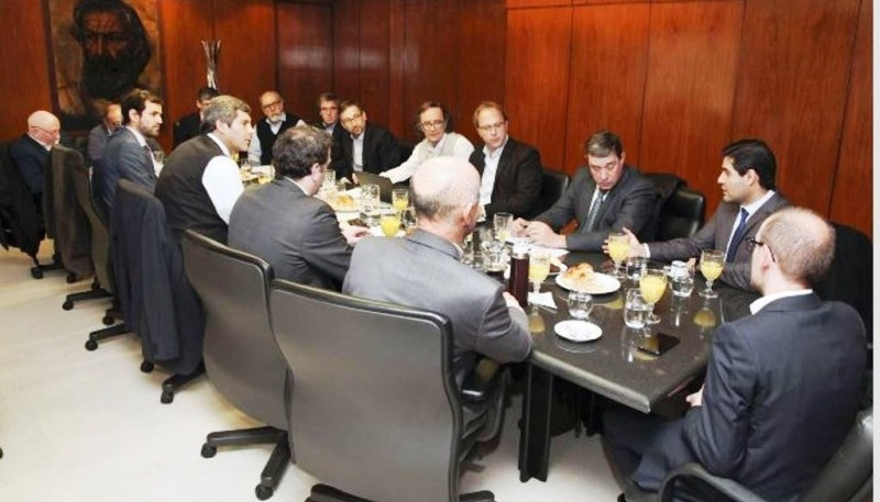 El ministro Perincioli junto a sus pares reclamando que el ajuste vaya al gasto, no a los recursos.