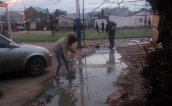 Pusieron manos a la obra por pasajes inundado de aguas clocales