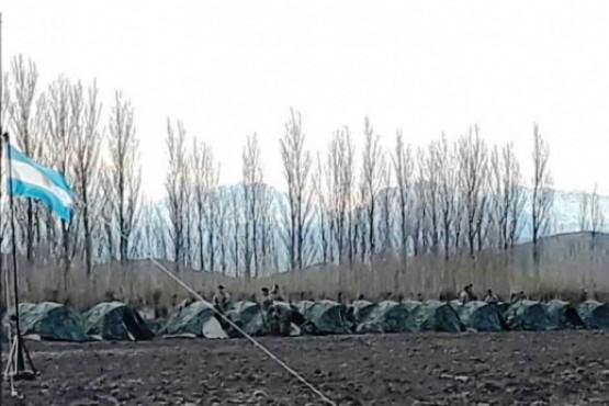 Imagen del campamento militar adentro de un campo.