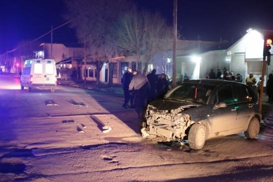 La ambulancia llevó a una mujer. El vehículo quedó dañado en el frente. (C.G)