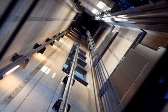 Una mujer murió luego de caer por el hueco del ascensor